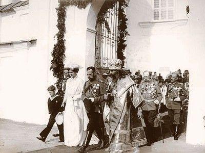 Императорская семья после посещения Успенского кафедрального собора Смоленска