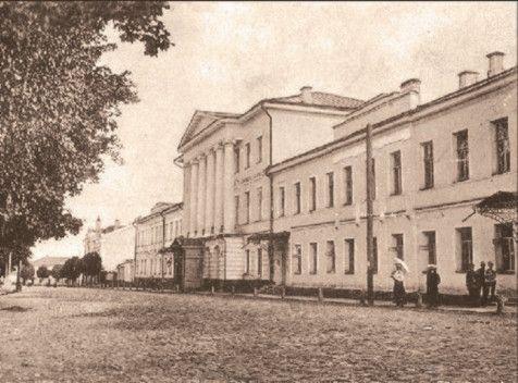 В одном из залов Дворянского собрания в начале XIX века давались театральные представления